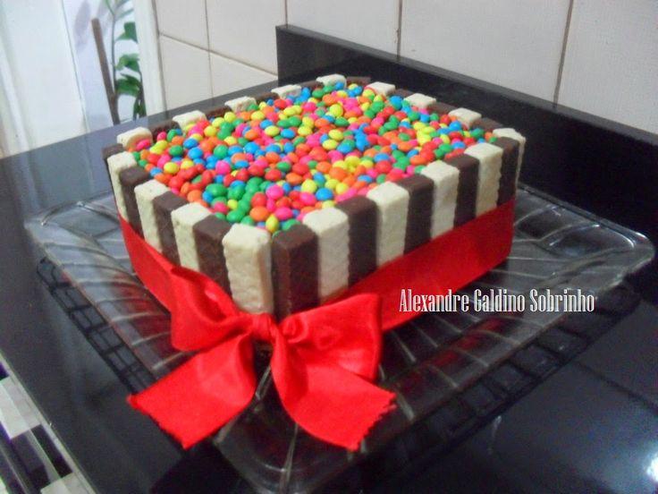 TÉLO BOLOS Confeitaria Artesanal: Bolo decorado com Bis e confeitos de chocolate