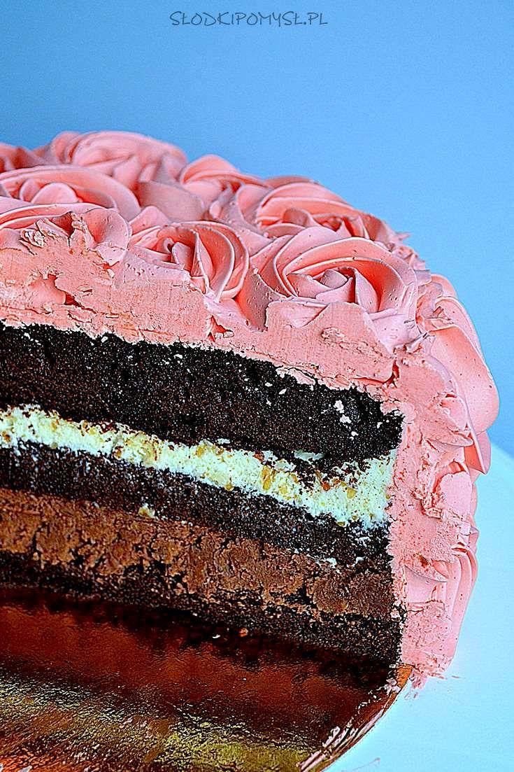 Tort z michałkami i różami z kremu maślanego na bezie szwajcarskiej to połączenie kakaowego biszkoptu z czekoladowymi kremami z cukierkami michałkami.