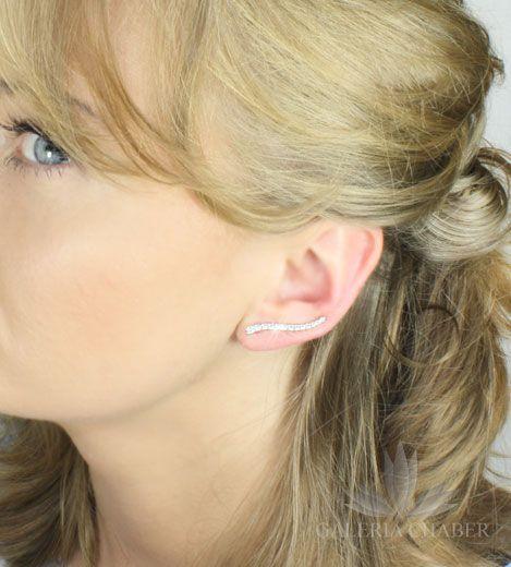Kolczyki wykonane ze srebra próby 925, rodowane, wysadzane cyrkoniami o szlifie brylantowym. Całkowita długość wzoru to około 2,7 cm. Kolczyki z tego rodzaju zapięciem umożliwiają noszenie na dwa sposoby: w formie nausznicy wzdłuż ucha oraz klasycznie w formie wiszącej.