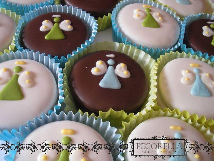Alfajores de chocolate oscuro y chocolate blanco decorados con angelitos para Bautizo o Primera Comunión. En Pecorella Alfajores