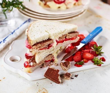 Grillad macka till efterrätt? Javisst! Ljust rostbröd, jordgubbar, chokladkex och vaniljkvarg är hemligheten bakom denna söta sommardröm – som är minst lika god mitt i vintern.