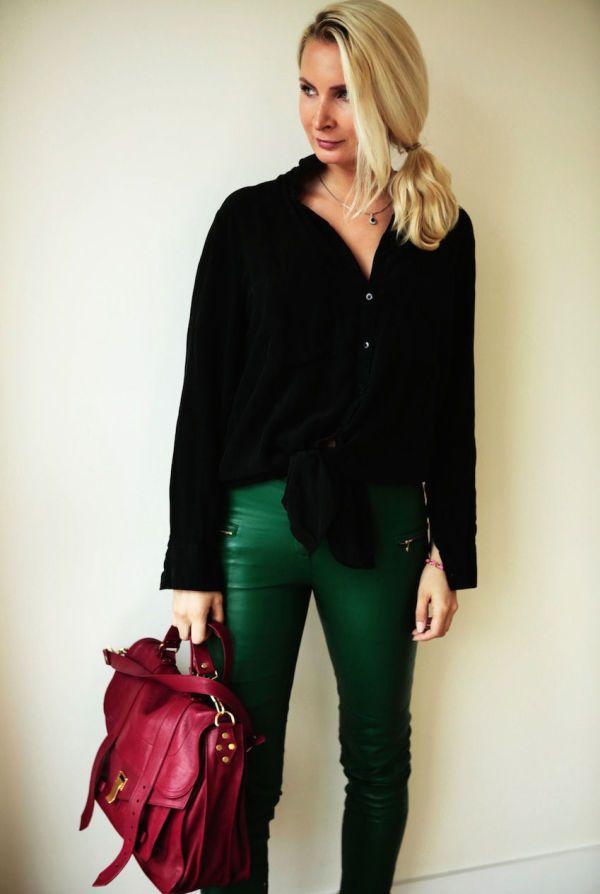 KLASSISKE FARGER: De flaskegrønne buksene fra By Malene Birger og den røde vesken blir et klassisk og eksklusivt antrekk sammen med en svart...