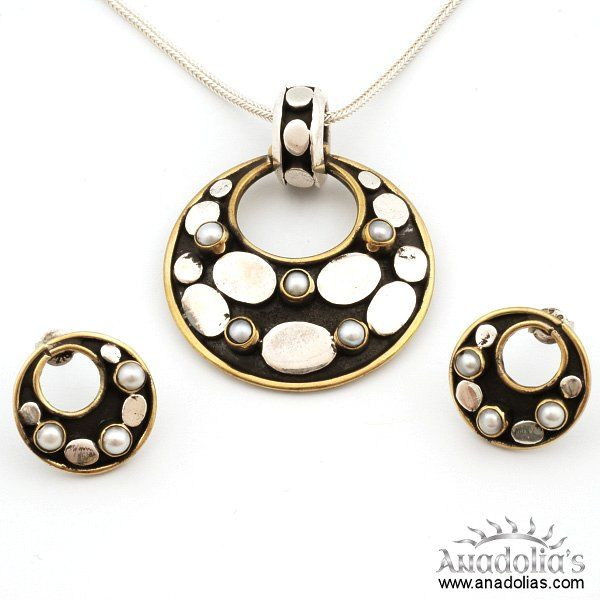 925 ayar gümüş kullanılarak ve el işçiliği olarak tasarlanan bu gümüş takım, şık dizaynı ile de dikkatleri çekmektedir.  Krem,parfüm,çamaşır suyu gibi maddeler ile temasından kaçınılmalıdır.