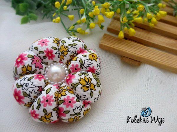http://koleksiwiji.com/product/miomio-pincushion Miomio Pincushion Size : Diameter jar 6 cm Colours : seperti gambar Materials : cotton fabrics, dakron and beads  bantal jarum, jarum pentul, koleksiwiji, pincushion, tuspin jar -  - #BantalJarum, #JarumPentul, #Koleksiwiji, #Pincushion, #TuspinJar -