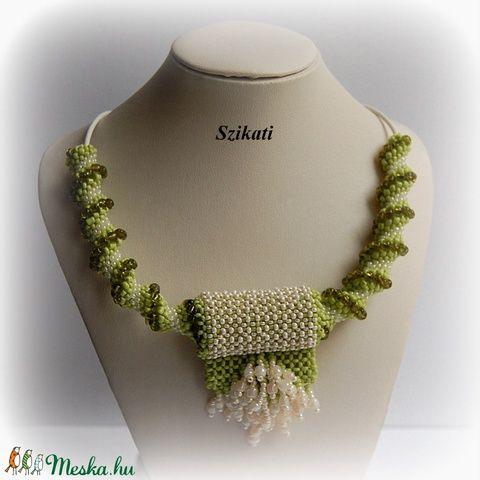 Zöld - beige gyöngyfűzött nyaklánc medállal (szikati) - Meska.hu