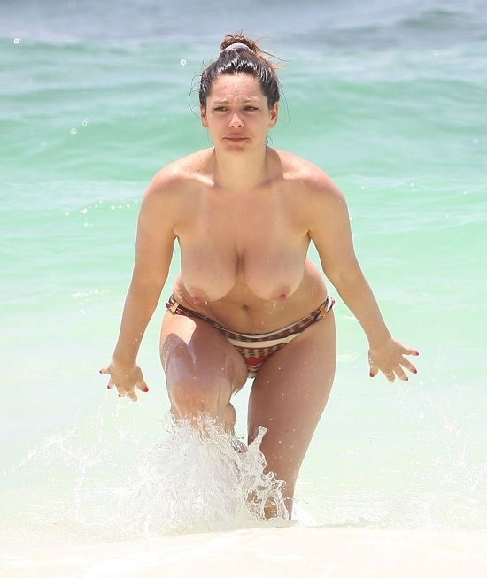 Папарацци засняли Келли Брук, загорающую на пляже топлесс