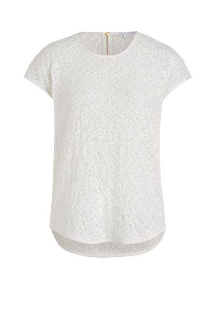 Das romantische Shirt aus reiner Spitze schmiegt sich leicht an die Haut an und geht sowohl casual als auch chic.