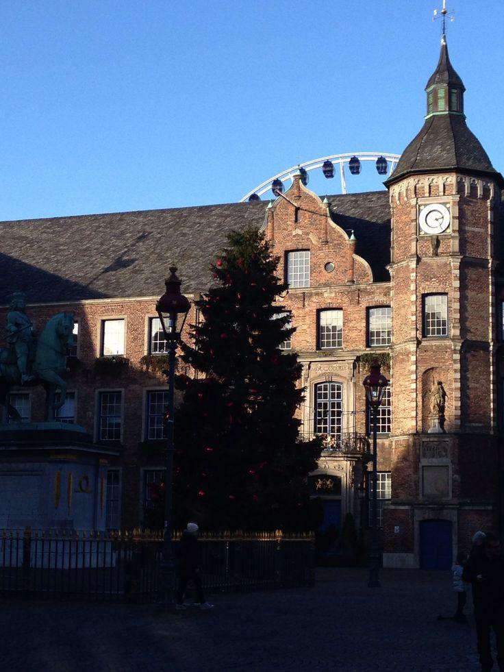 Der Rathausplatz - noch weihnachtlich !!