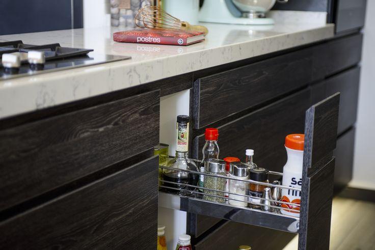 Hielo sur diseno cocina mueble cajon especiero extensible antaro blum tirador oscuro negro roble antracita masisa cubierta silestone lyra