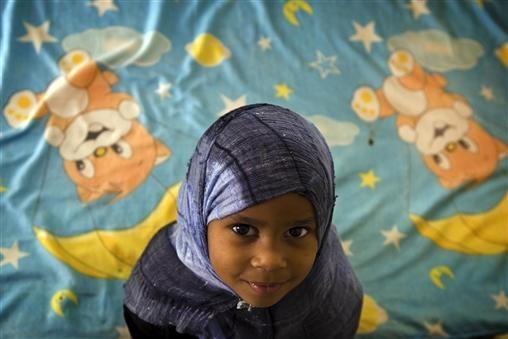 Fatma woont in Tika, een door UNICEF gesponsord kamp voor ontheemden. De meesten mensen komen uit Tawergha, een stad die eerder door de voormalige Regering als basis werd gebruikt om de door rebellen aangevoerde Misrata aan te vallen. Hierdoor worden veel Taweghans ervan verdacht te sympathiseren met de voormalige regering en zijn daarom een doelwit voor aanvallen. Uit angst voor de aanvallen durven veel ouders hun kinderen niet naar school te sturen. © UNICEF/Shehzad Noorani – www.unicef.nl
