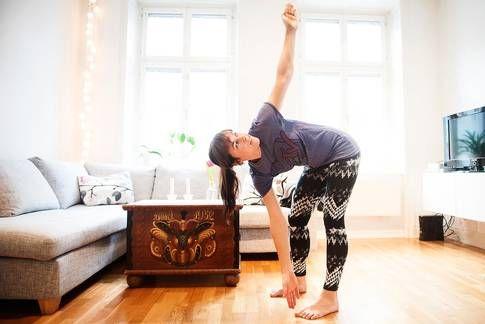 Väderkvarnen Gört: Stå med fötterna axelbrett, låt fötterna peka framåt. Sträck upp ena armen mot taket och sträva med den främre armen ner mot fötterna. Fäll från höften utan att krumma ryggen. Låt blicken följa med armen upp om det känns bra i nacken. Böj lätt på knäna om du behöver. Upprepa på andra sidan och gör totalt 20 repetitioner. Här ska det ta: Stärker nedre ryggen och rumpan, stretchar baksida lår.