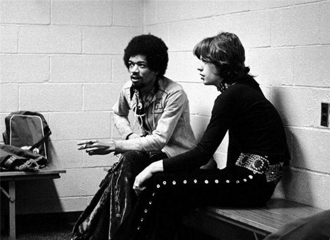 45Fotos que irão mudar sua percepção sobre opassado  Jimi Hendrix e Mick Jagger, 1969.