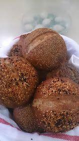 Çok lezzetli ekmekler pişirdim geçen hafta tarife Nursevince Lezzetler bloğunda rastladım tarifin en ilginç kısmı mayalanan hamurları...