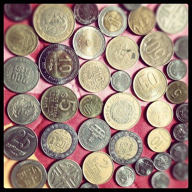 Monedas de Colombia, Argentina, Chile, Uruguay, México, y por ahí hay una de Guatemala.