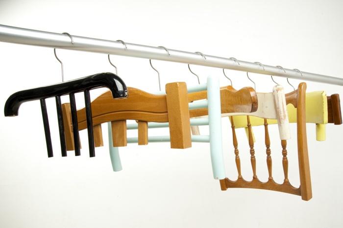 Вместо надоевших тремпелей - спинки стульев )