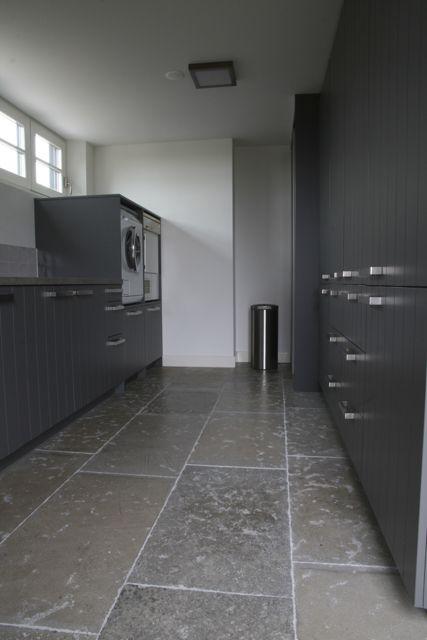 Bijkeuken met prachtige natuursteen vloer van Bourgondische dallen in combinatie met stijlvolle wandkast. #natuursteen kersbergen.nl