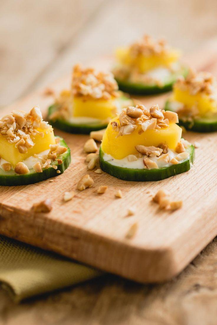 van komkommer kun je hele lekkere pizza hapjes maken. Dit makkelijke vegetarische hapje is een beetje oosters door het gebruik van mango en pinda's. Bovendien zijn deze komkommer hapjes best heel gezond en dus een leuke variatie op een verjaardag!