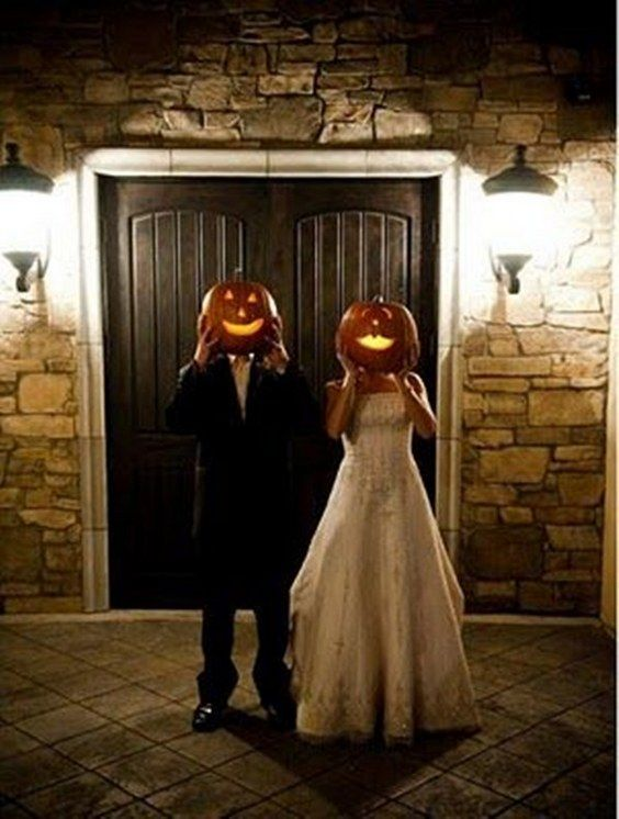 halloween bride and groom / http://www.himisspuff.com/fall-pumpkins-wedding-decor-ideas/5/