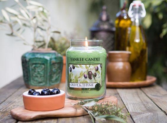 Olive & Thyme - En uppfriskande doft av örter från Medelhavskusten, olivblad, citrus och mysk.  Ingår i sommarens nya doftserie Riviera Escape #YankeeCandle #OliveThyme