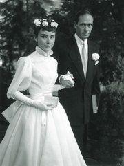 2004年5月22日、マドリッドのアルムデナ大聖堂で執り行われたフェリペ王子(当時)と元TVレポーターのレティシア妃の結婚式。ドレスはスペインの大御所デザイナー、マニュエル・ペルテガスによる刺繍が施されたオ...