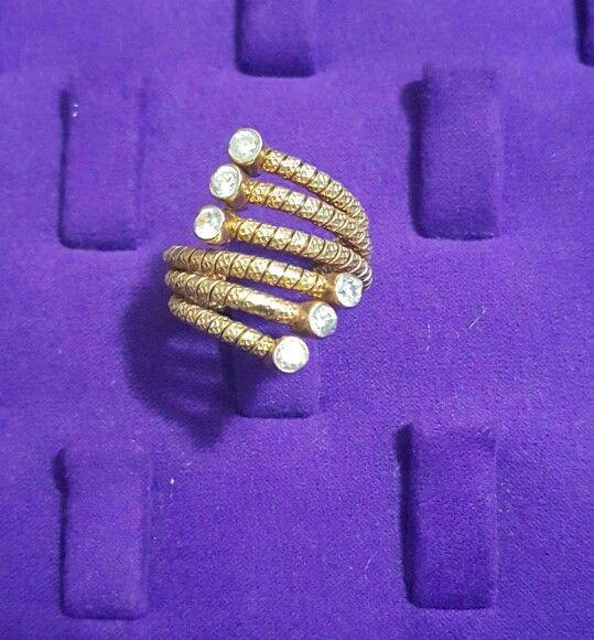 Zirkon taşlı, Altın kaplama, 925 ayar Gümüş yüzüğümüz . Yapımı esnek olduğundan her parmak boyuna uygundur.  #yuzuk #yüzük #ring #rings #silver #925k #gumus #gümüş #gumustaki #gümüştakı #taki #takı #takitasarim #takıtasarım #hediye #gift #aksesuar #takiaski #jewelrydesign #jewelry #jewelryatelier #silver #silverjewelry