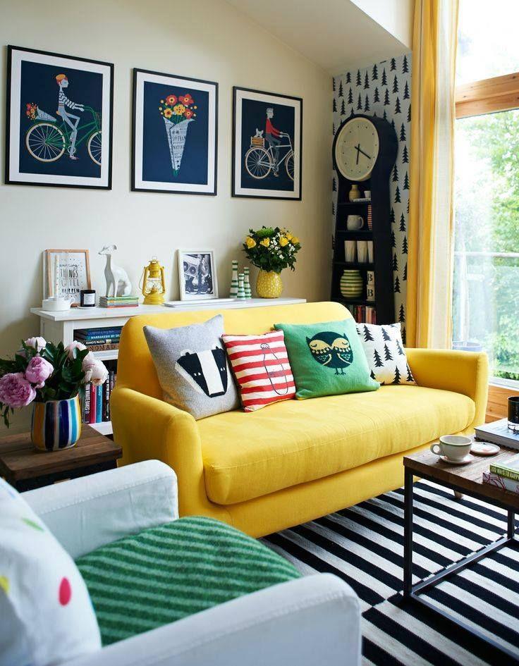 O sofá amarelo se destaca neste ambiente! #sofá #sala #amerelo