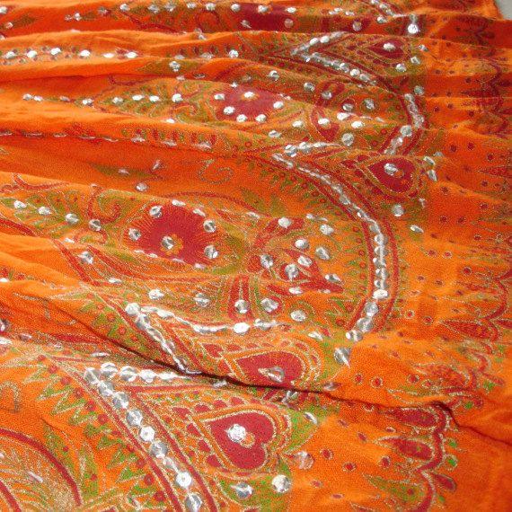 Diese leichte, flowy Rock ist perfekt für einen Tag am Strand oder shopping auf dem Markt. Die Farbe ist ein helles Mandarine orange verfeinert mit Silber Pailletten von Hand genäht. Es besteht ein schier gefältelt Material, die spins und Schnörkel mit Ihnen. Es hat eine elastische Taille mit Riegel und Glöckchen, die jingle, wenn Sie Fuß. Ich fand den Rock bei einem outdoor-Markt hier in Delhi und Hand-aufgenähtes die Pailletten selbst. Sie tragen es an der natürlichen Taille oder ziehen…