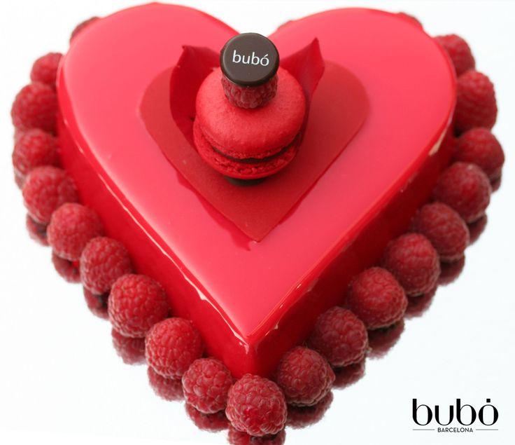 Pastel Red Love: base de bizcocho de brownie, mousse de chocolate blanco y vainilla, cerezas, haba tonka, y frambuesas.  Red Love cake: brownie cake, vanilla and white mousse, cherries, tonka bean, and raspberries.
