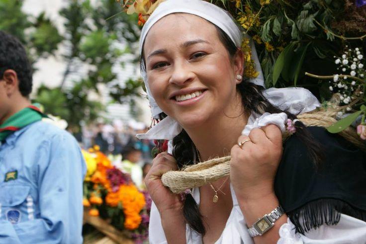 Silletera de Santa Elena, corregimiento en donde se elaboran las silletas y en donde todo el año se vive la cultura de las flores.