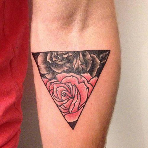 Tatuaje de un triángulo que contiene una rosa roja y una rosa...