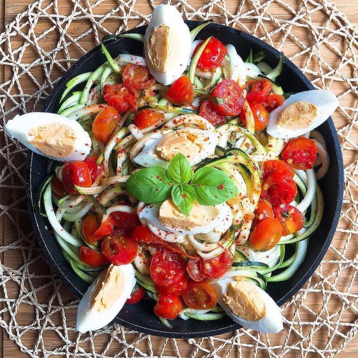 Zoodles crudos con tomatitos pochados con ajito y albahaca fresca