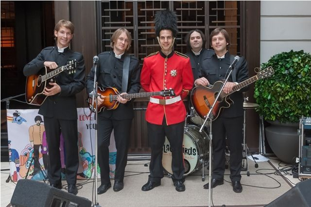 #BigBen Sunday brunch. Changing the guards with #Beatles tribute band #Blackbirds