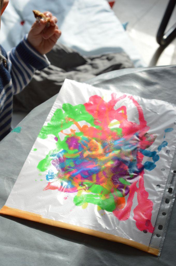 Peinture propre , activité pour bébé - éveil des sens