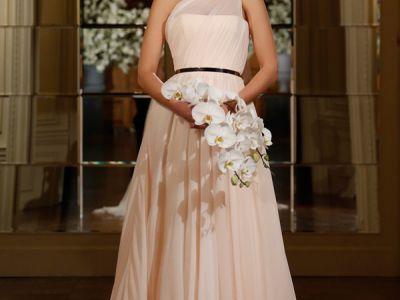 Os mais lindos vestidos de noiva com decotes assimétricos para 2015