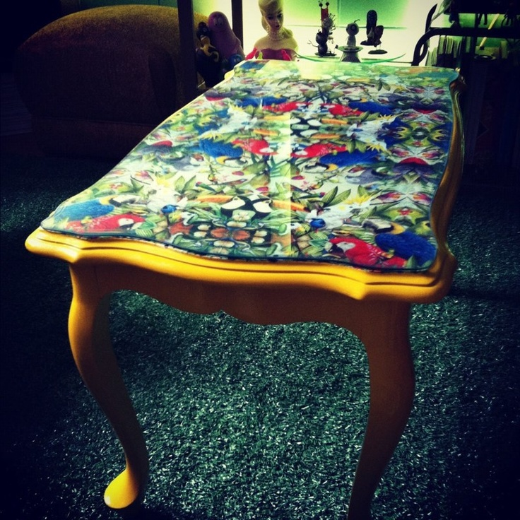 Mesa com estampa de Papagaios e tampo de vidro!