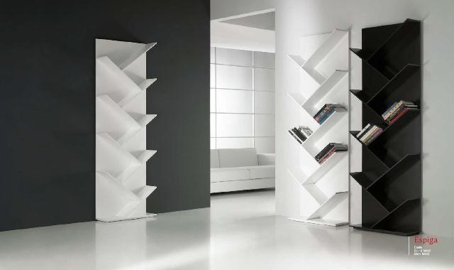 Estanterías en blanco o negro con baldas asimétricas. ¡Atrévete a darle un estilo diferente a la decoración de tu salón!