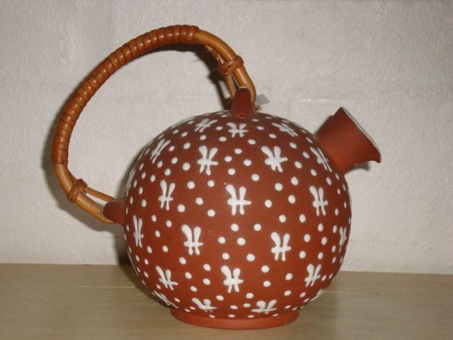 ZEUTHEN kande/jug. År/year 1940-50s. #ZEUTHEN #kande #jug #keramik #ceramics #pottery #danishdesign #nordicdesign #klitgaarden. SOLGT/SOLD from www.klitgaarden.net.