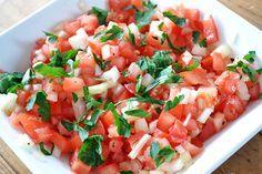 tomatensalsa: 3 tomaten, 1 rode ui, peterseilie, koriander, peper, zout en…