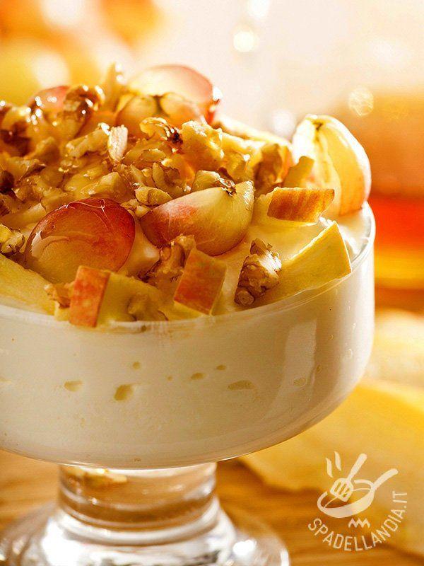 Cup of yogurt with fruit and nuts - La Coppa di yogurt con frutta e noci: un dolce al cucchiaio dal gusto delicato, con pochissimi zuccheri e croccanti noci.