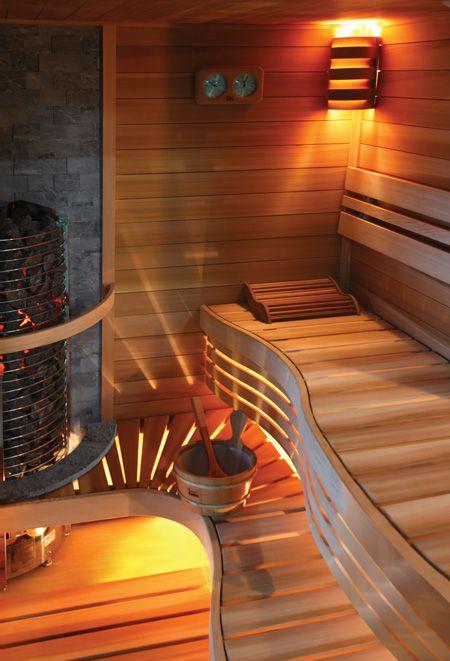 Eksklusiv sauna med buede saunabænke og stenvæg - ren hygge. Se flere sauna kabiner her www.sauna.ovn.dk