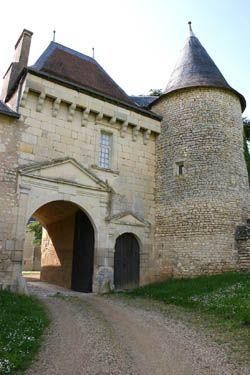 Château de Vayres MH, 16° et 17°s, construit à l'emplacement même d'une villa gallo-romaine et sur les bases d'un ancien château du 15°. A flanc de coteau, surplombant du haut d'une terrasse la vallée du Clain, Vayres a connu depuis le 15° de nombreuses transformations. Une merveille vous attend: la terrasse aux contreforts puissants donne un magnifique jardin à la française avec son pigeonnier royal du 17° offert par Anne d'Autriche, parmi les plus grands de France encore intacts (2620…