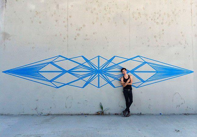 """As pessoas impressionam na hora de usar a criatividade. O artista Gustavo Fuentes, conhecido comoFlëkz, tem ganhado notoriedade por sua técnica diferente criar intervenções em murais: o uso da fita adesiva, ou o que chamamos de fita crepe. O jovem de 20 anos explora formas geométricas para compor sua """"tape art"""" nas ruas de Los Angeles, no Estados Unidos. A simetria de seus desenhos parece perfeita, o que nos surpreende ainda mais, já que ele não usa nem contornos para fazer as imagens. A…"""