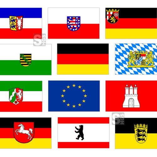 Der Frühling hat Einzug gehalten – ein guter Zeitpunkt um Flagge zu zeigen! Ganz neu dabei: Das Komplett-Set aller deutschen Bundesländer inklusive einer Deutschland- sowie einer Europaflagge.  Alle Flaggen dieses Sets sind aus dem besonders robusten und hochwertigen Flaggenstoff FlagTop 160 gefertigt und sorgen so für einen starken Auftritt. Ob an Promenaden, in Erholungsorten, Grünanlagen oder öffentlichen Plätzen: Mit unserem Landesflaggen Komplett-Set sind Sie bestens gerüstet.