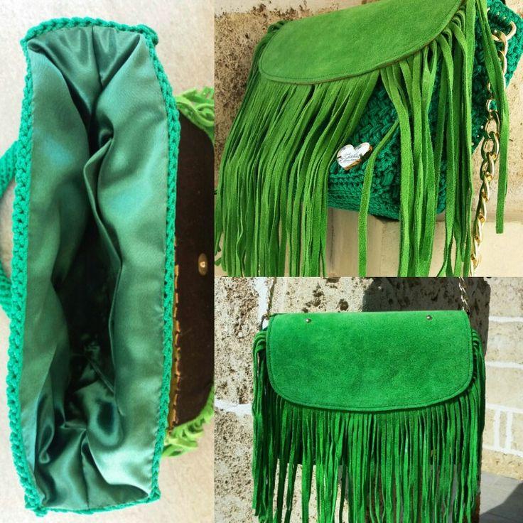 5- Crochet bag in cordino thai italiano verde prato, con patta e nappe in camoscio con chiusura a calamita, tracolla in catena dorata con poggiaspalla crochet e fodera con tasca in raso verde