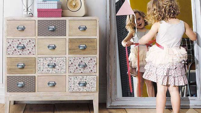Déco customiser : 10 idées pour relooker une commode // http://www.deco.fr/diaporama/photo-idees-deco-pour-relooker-une-commode-48295/commode-customiser-tiroirs-papiers-peints-motifs-patchwork-liberty-681877/