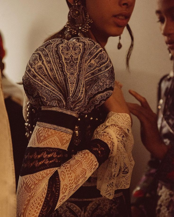 alexandermcqueen An engineered Celtic Paisley print dress with a puff sleeve worn over a Shetland inspired lace knit top. #McQueenSS17 #McQueenDetail #AlexanderMcQueen #PFW