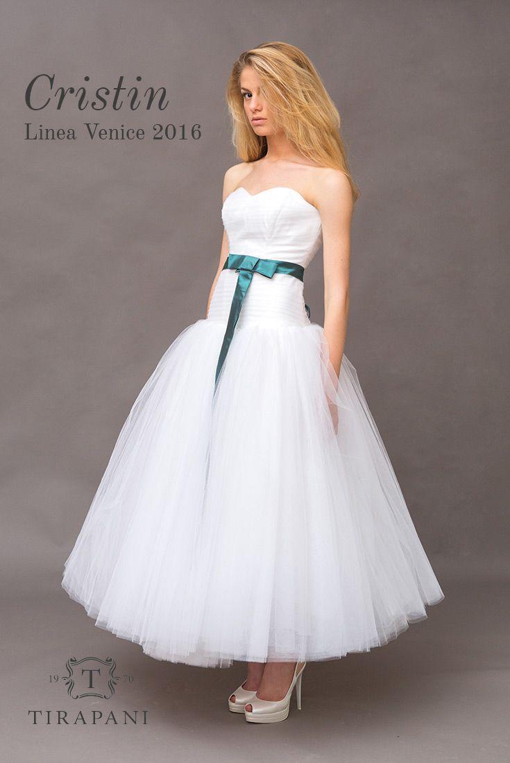 L'abito da sposa Cristin è tipico anni '50. Corpino molto aderente e minimale e gonna in tulle a strati. Impreziosito da una stringa in seta verde come la fascia attorno alla vita.  #abitodasposa #Tirapani #TirapaniBridal #TirapaniRavenna #TirapaniSpose #weddingdress #bride #collezionesposa2016 #bridal #sposa2016 #abitosposaanni50