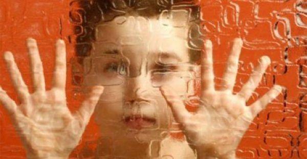 Αυτισμός: Όλα τα σημάδια που πρέπει να προσέχουν οι γονείς
