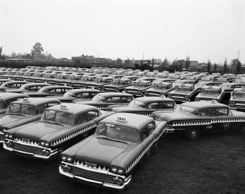 Lote de autos Impala utilizados como los famosos taxiscocodrilos. General Motors de México,Ciudad de México, 1958, de la colección Juan Guzmán