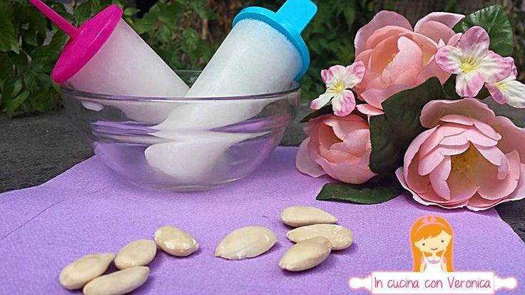 Dei golosissimi e freschissimi ghiaccioli al latte di mandorla, ideali per rinfrescarci da questo caldo torrido!